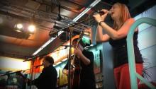 Zwischen DVD-Boxen: Die Band Anathema spielt Acoustic-Gig in einem Multimedia-Handel in Köln.